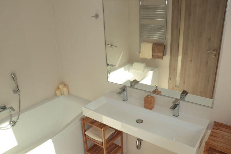 room5_bathroom_small800.